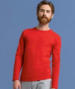 ragazzo con maglietta a manica lunga rossa
