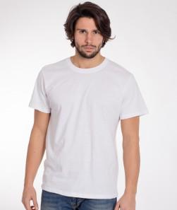 ragazzo con maglietta bianca a maniche corte