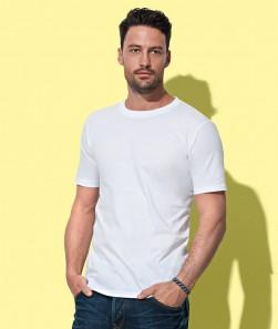ragazzo con maglietta bianca girocollo a maniche corte