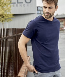 ragazzo con maglietta blu maniche corte