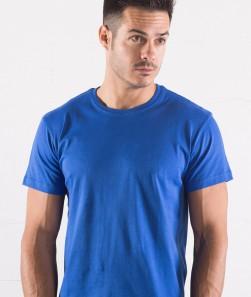 ragazzo con maglietta blu royal manica corta