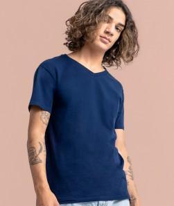 ragazzo con maglietta collo a V blu
