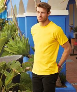 ragazzo con maglietta manica corta gialla