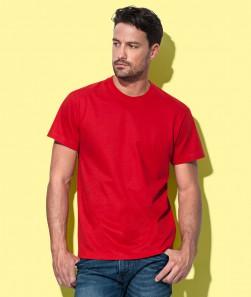ragazzo con maglietta rossa maniche corte