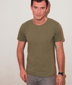 ragazzo con maglietta verde oliva manica corta