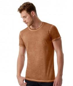 Uomo in maglietta vintage marrone